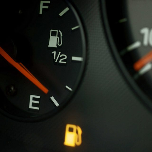 Сколько остается бензина после загорания лампочки