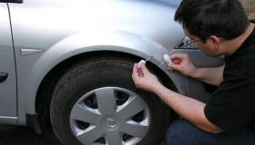 Рабочий способ самостоятельно убрать сколы с капота автомобиля